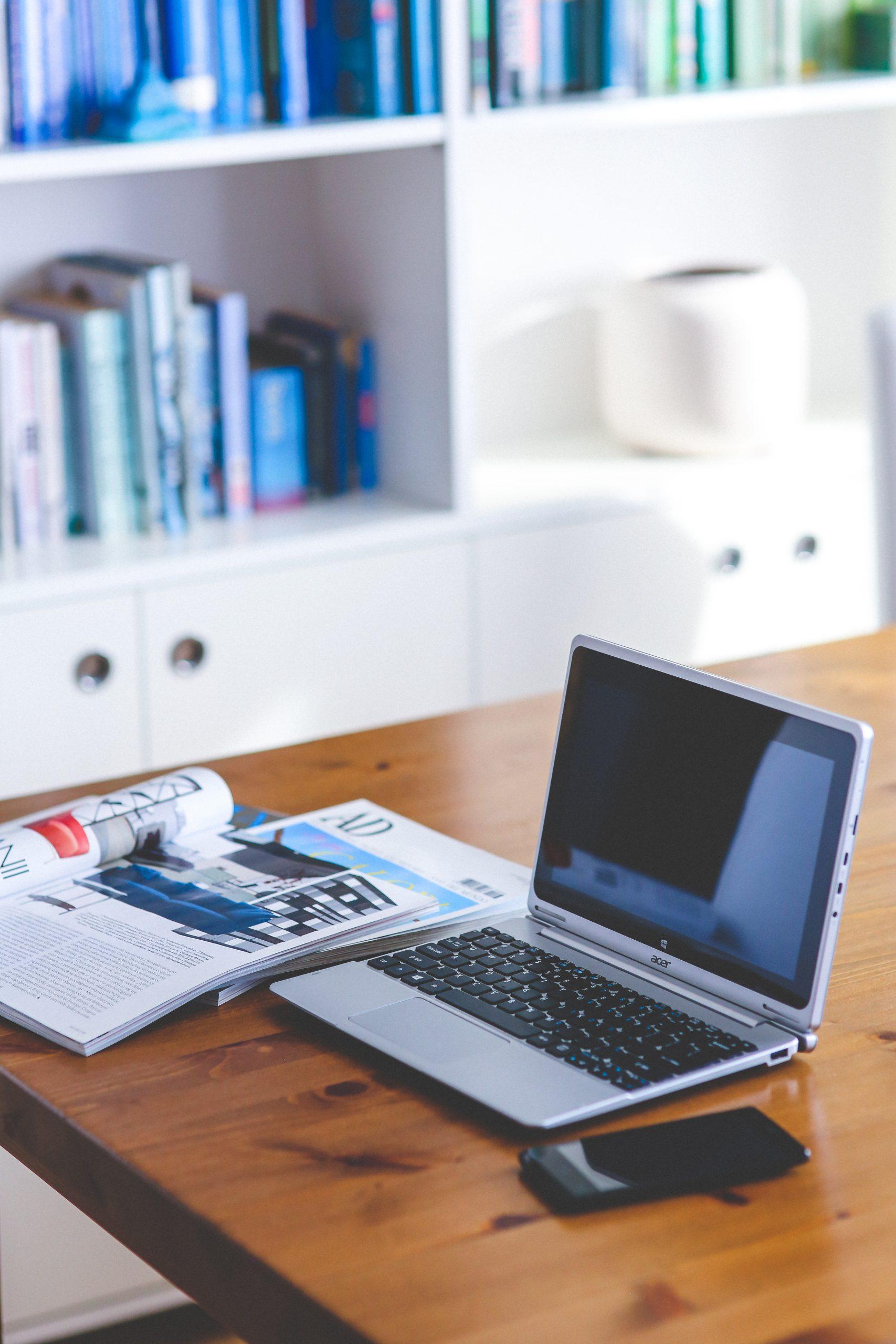 ordinateur sur table avec magazine immobilier primmoconseil